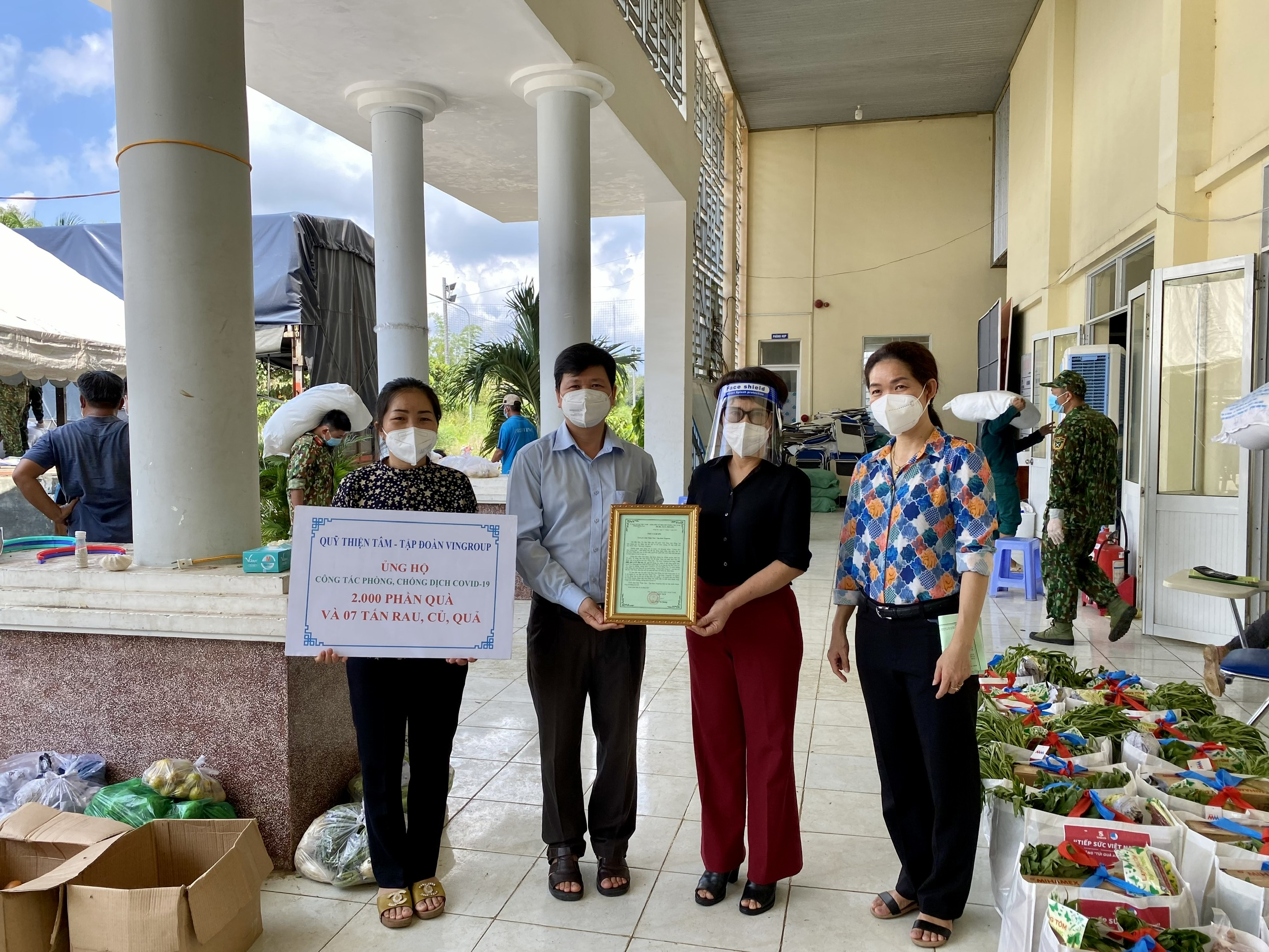 Quỹ Thiện Tâm - Tập đoàn VINGROUP trao tặng quà cho người dân khó khăn tại xã Thạnh Phú